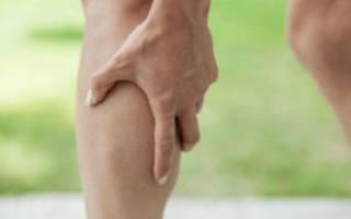 Тянет ногу от колена до стопы сзади