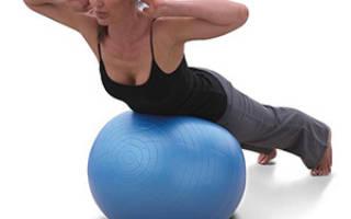 Упражнения с мячом для пресса и ягодиц